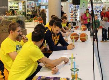 Autogramiáda basketbalistů v OD Breda & Weinstein